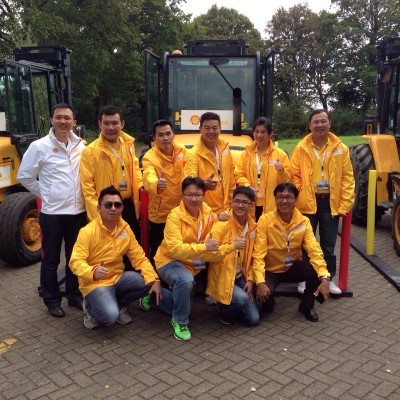 Liau Chia Chin (front, 2nd from left) and Khoo Theik Seng (back, 3rd from right) at the 2014 Shell Rimula Heavyweight Challenge in London