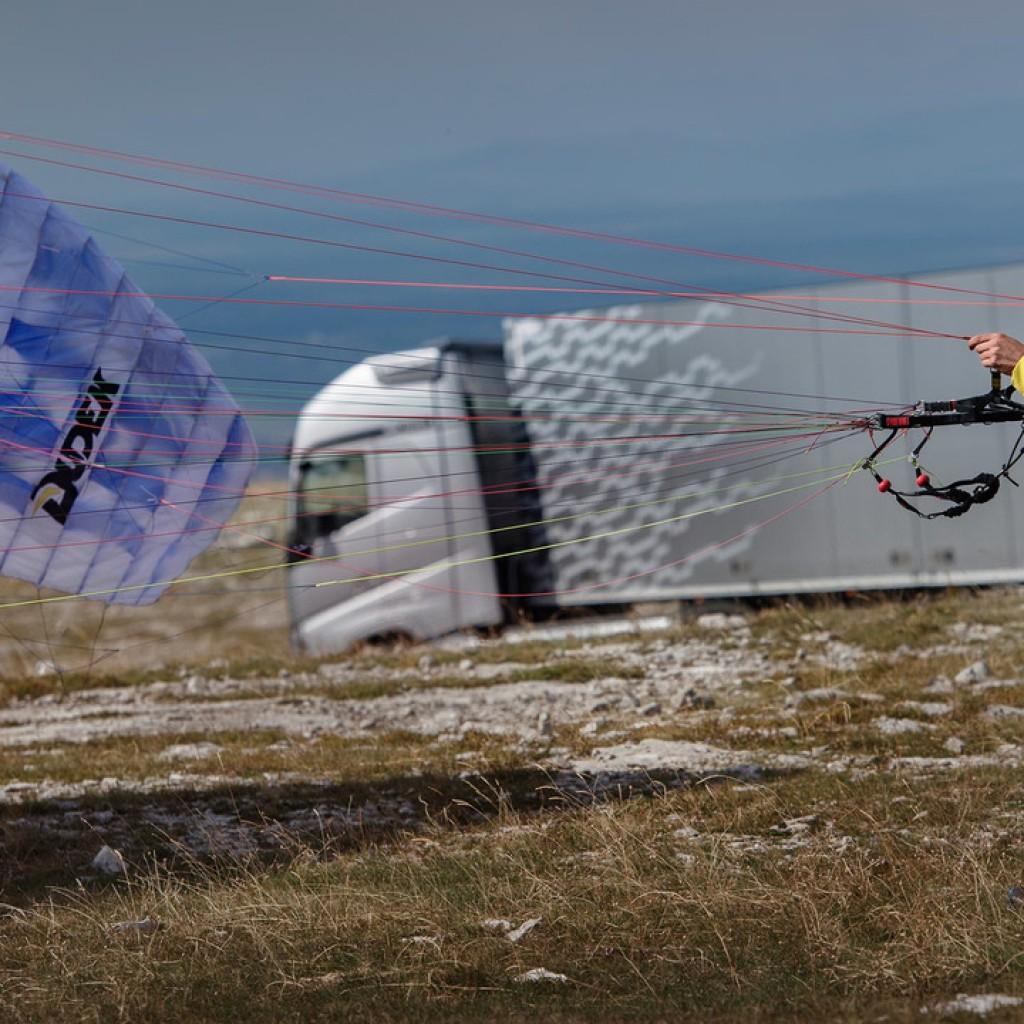 volvo-paraglider-stunt (3)