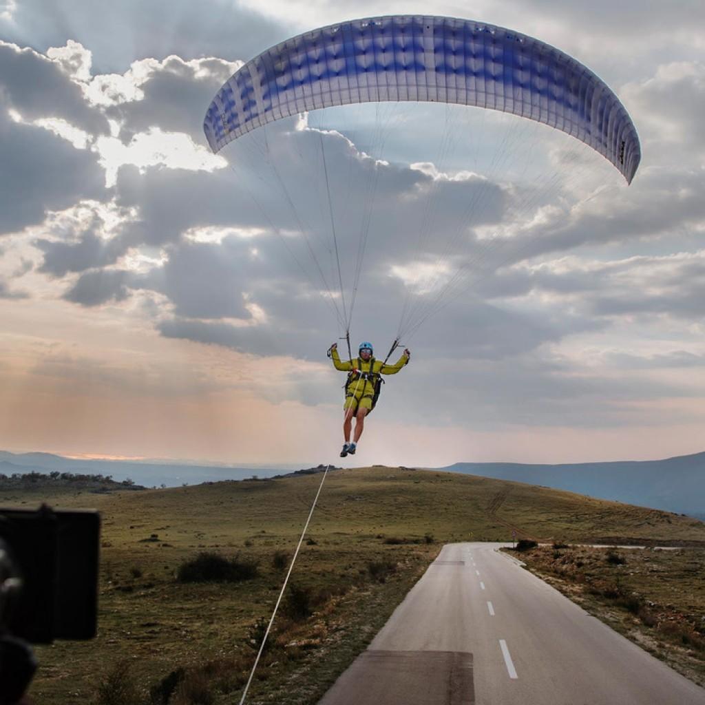 volvo-paraglider-stunt (4)