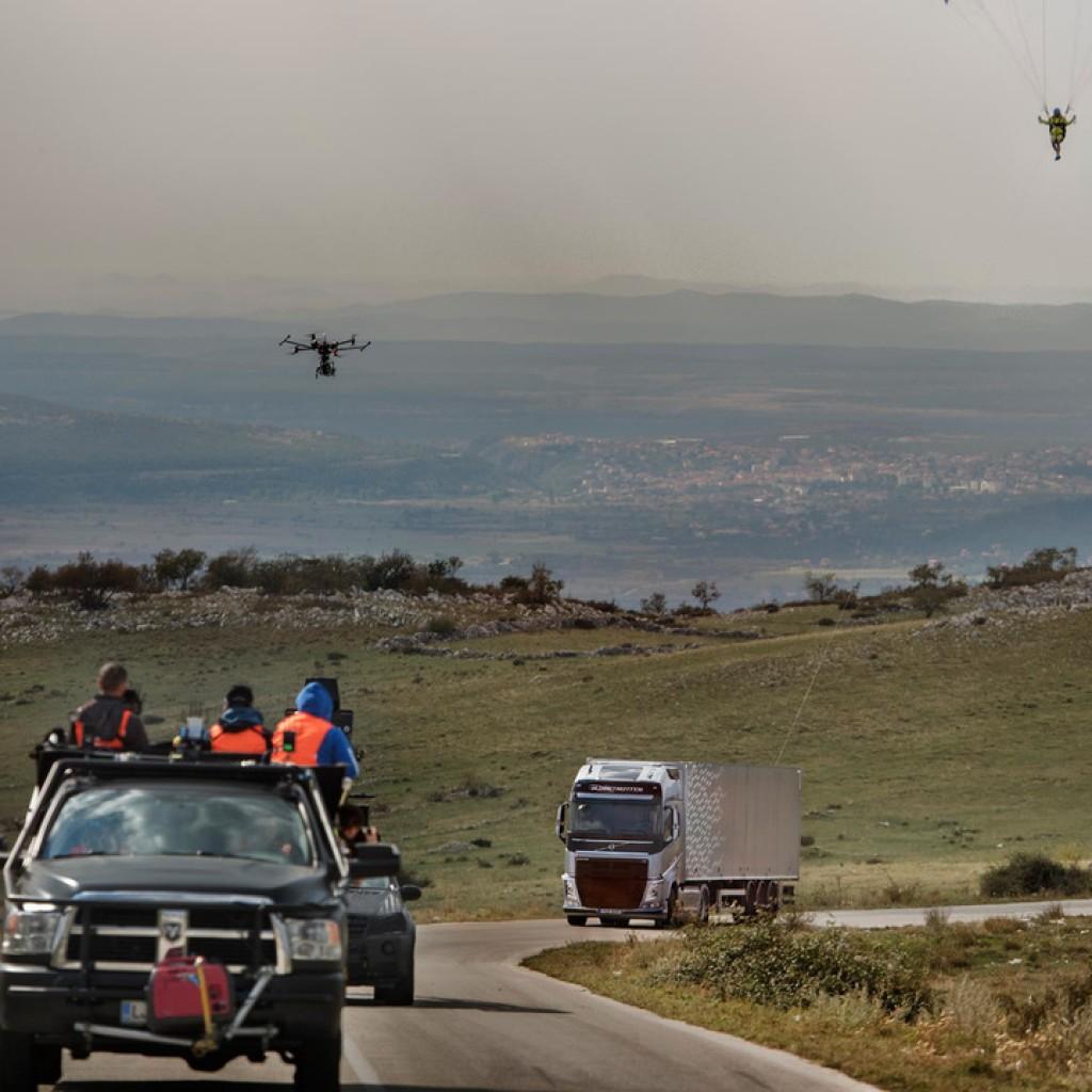 volvo-paraglider-stunt (5)