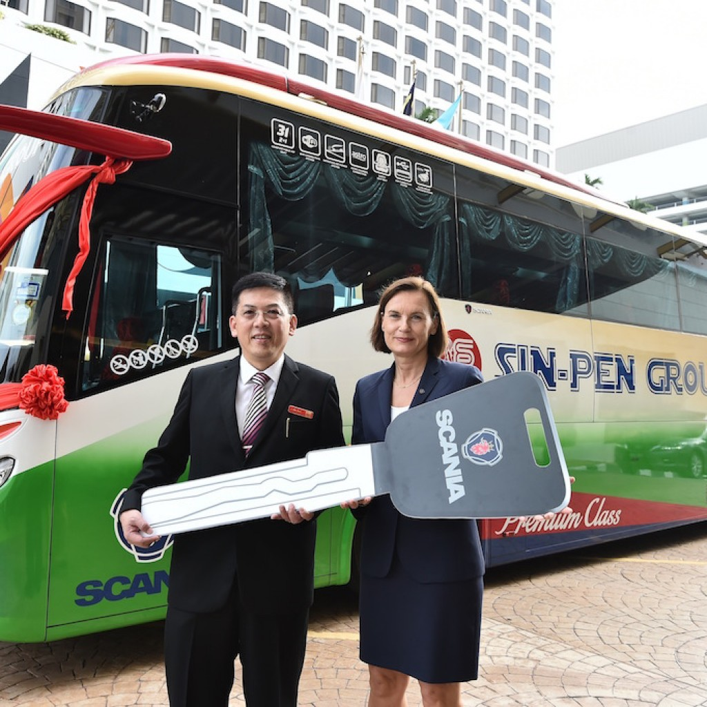 1_Scania Southeast Asia MD handing over the Scania buses to Sin-Pen Executive Director