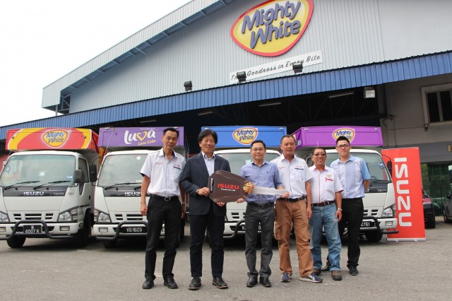 Isuzu handoverPhoto - Isuzu's 100th Unit Delivery to Mighty Bakery 1