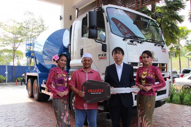 Isuzu cement mixerPhoto - Isuzu FXZ360 Cement Mixer Truck Handover (1)