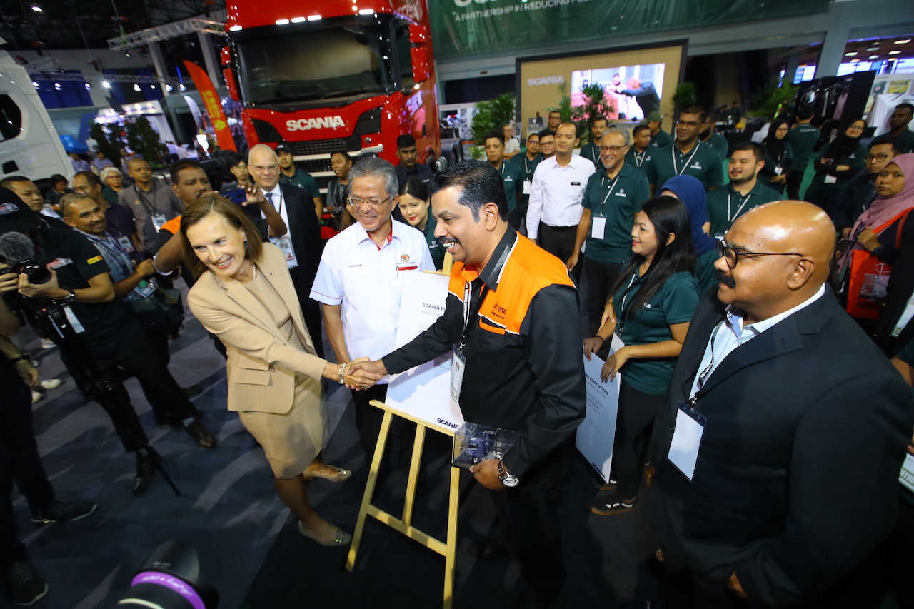 1-Sealing the deal for first Scania Ecolution truck partnership in Asia between Scania Malaysia and Aone Logistics Sdn Bhd