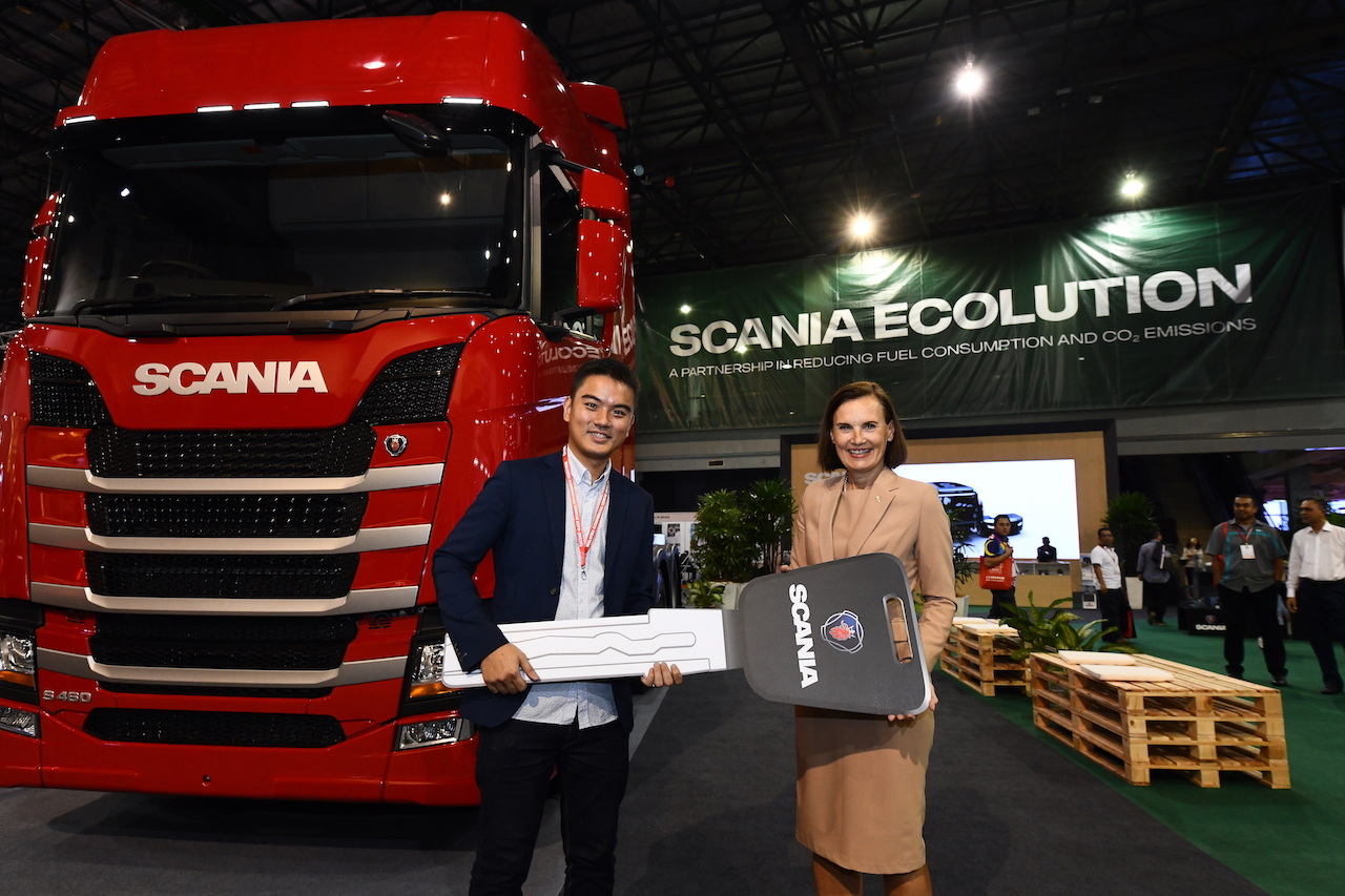 5. Handover of the first S-Cab New Truck Generation to Heng Seng and Co