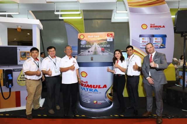 YB Datuk Kamarudin Jaafar (3rd left) with the Shell Malaysia team and new Shell Rimula Ultra mock-up