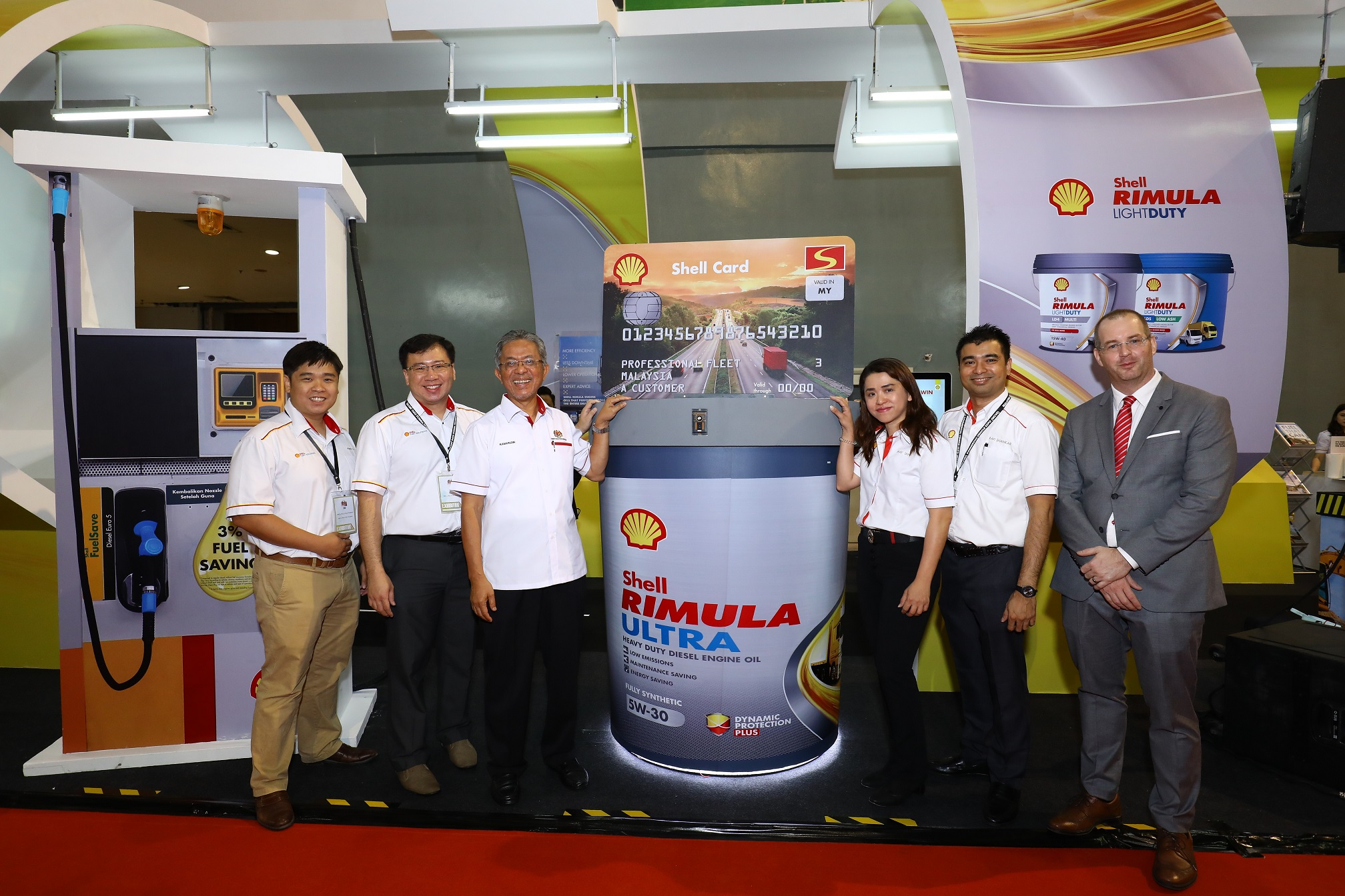 YB Datuk Kamarudin Jaafar (3rd left) with the Shell Malaysia team and the new Shell Rimula Ultra mock-up_2