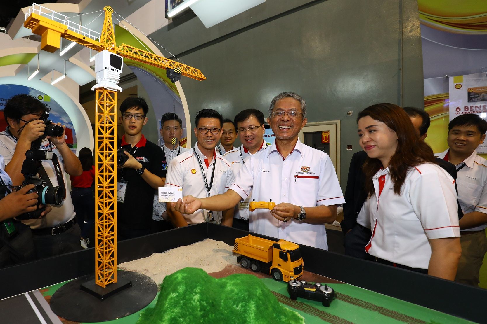 YB Deputy Minister of Transport (2nd from right) trying out the Shell Heavy Duty Challenge