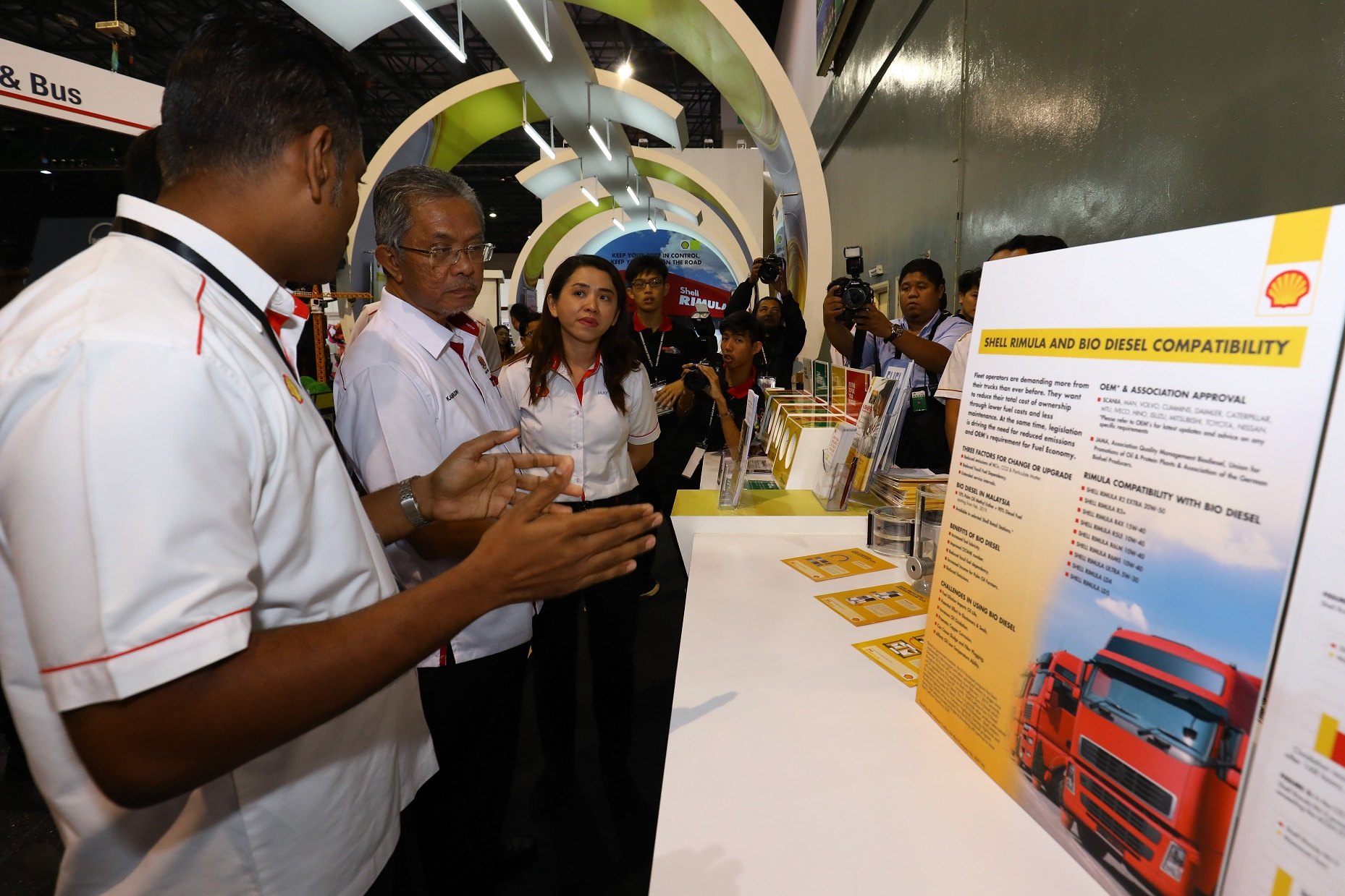 YB Deputy Minister of Transport (2nd left) being briefed at the Shell Pavilion