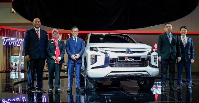 Mitsubishi Triton MM Mr Ilham, President of MAA YB Dato Aishah, CEO of MMM Mr Shinnishi, Minister of Transport YB Anthony Loke, Chief Product Specialist of MMC, Mr Masuda
