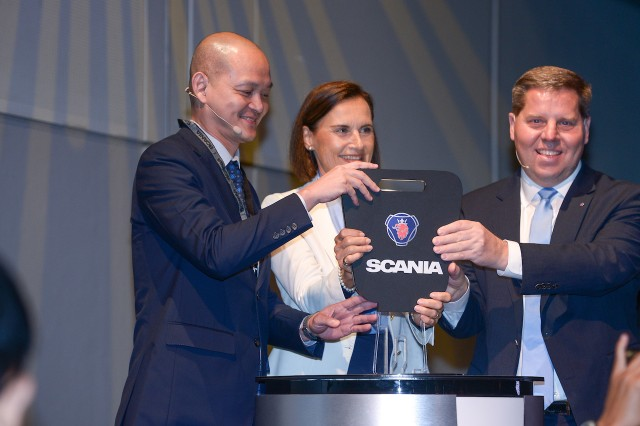 Scania2_Dr Ong Kian Ming (left), Marie Sjodin Ens tröm (centre) and Anders Gustafsson (right) revealed the New Truck Generation by Scania in Malaysia at a ceremony in March 2019
