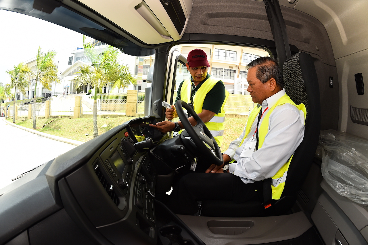 4. Roslan, one of Scania experienced driver trainers showing Dato' Ooi Win Juat of Puspakom, the features of the Scania truck that help increase the uptime while reducing CO2 emissions
