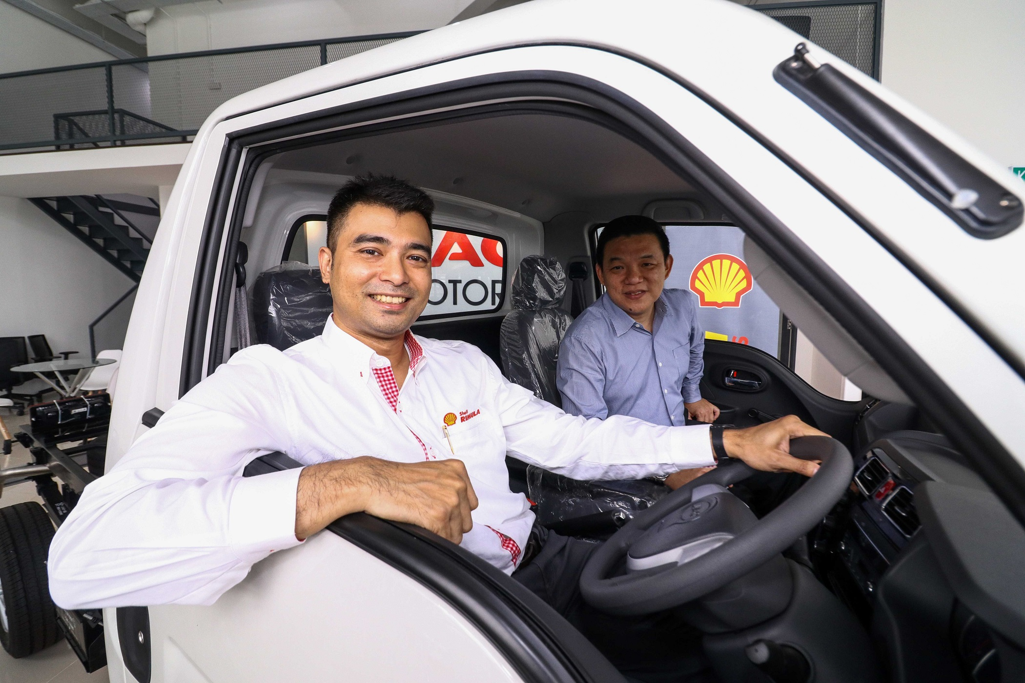 Shell Rimula Brand Mngr Ravi Shankar (L) & Mpire Auto Group CEO  Lau Yit Mun posing inside the JAC X30 light truck
