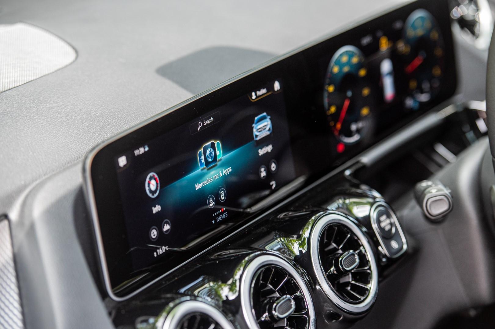 Mercedes-Benz GLA MBUX